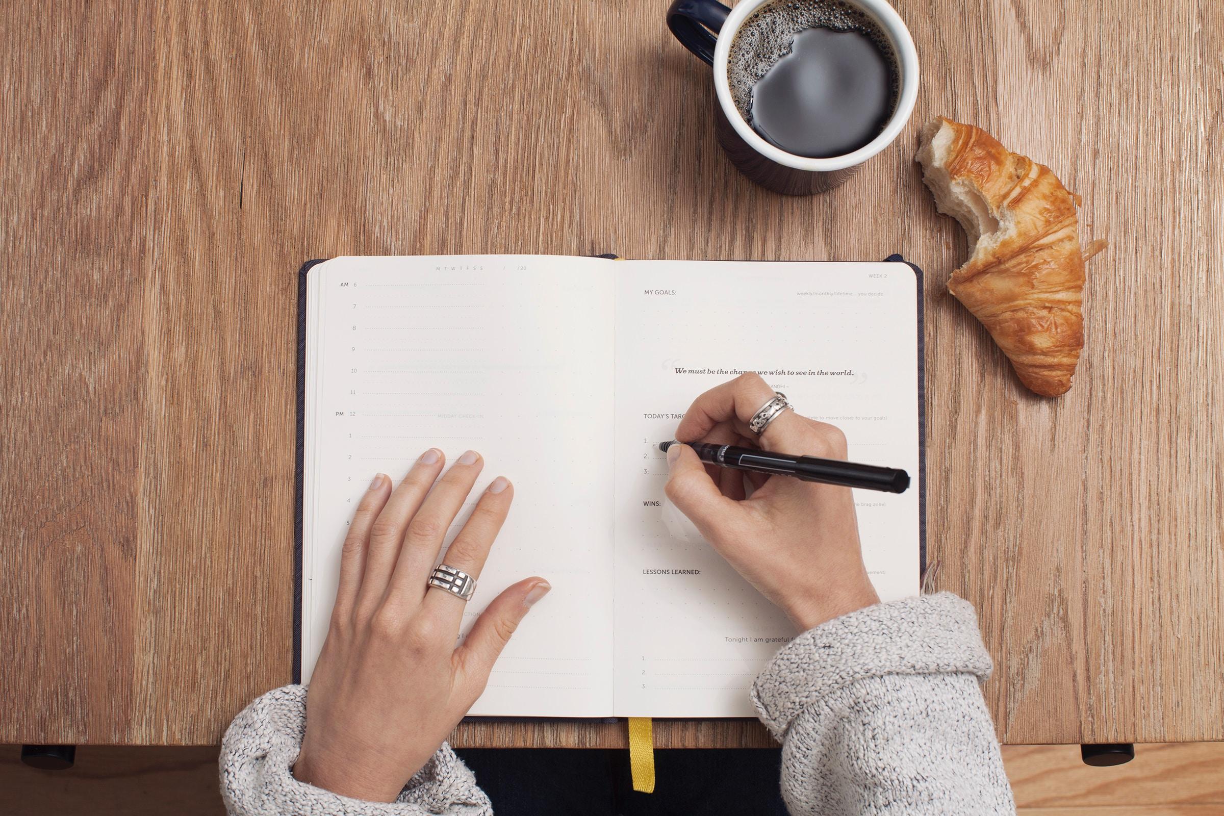 Pessoa a escrever num caderno