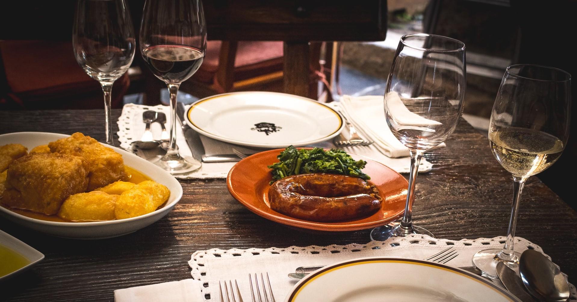 Mesa posta com alheira como prato principal