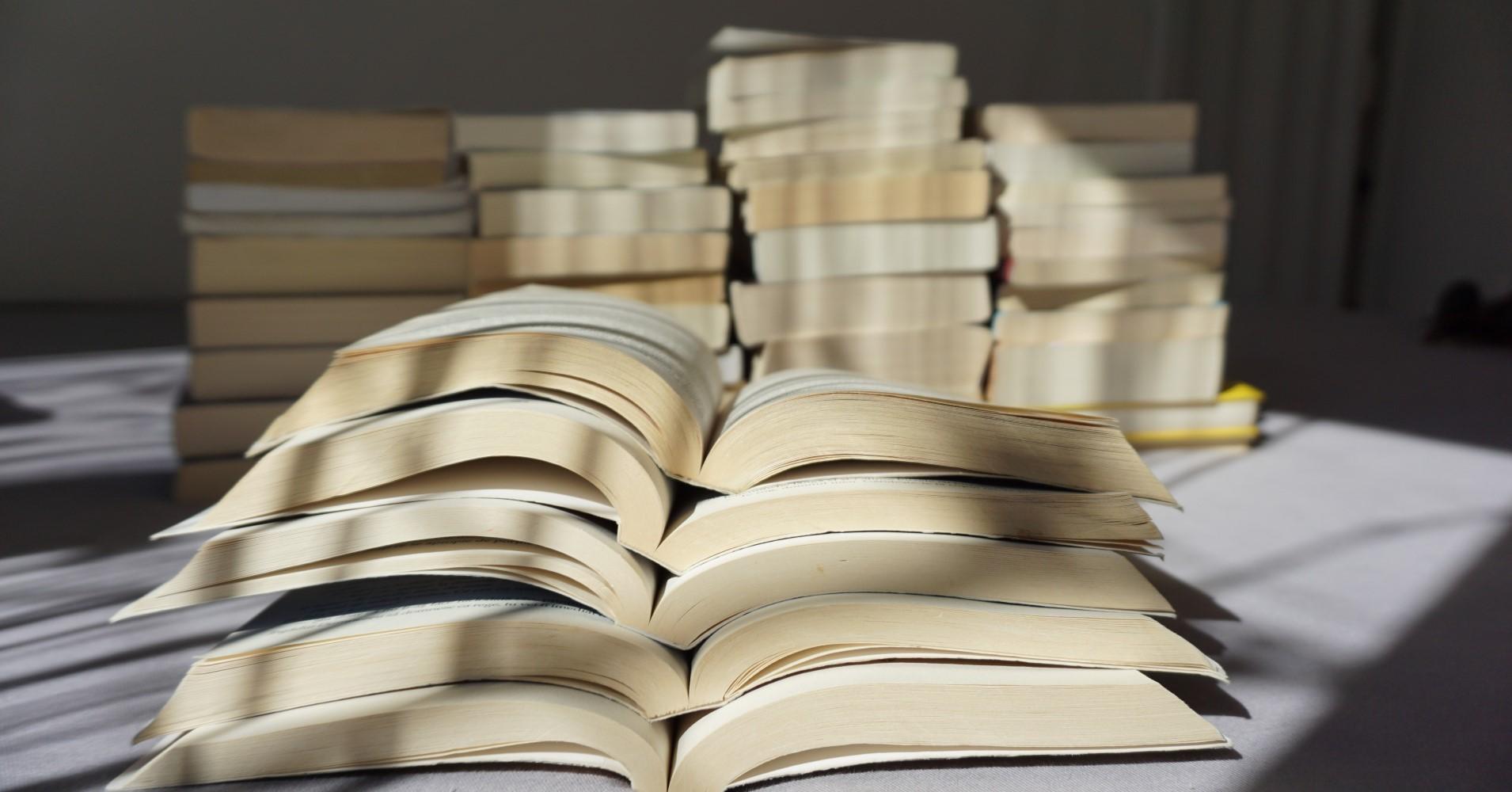 Livros amontoados