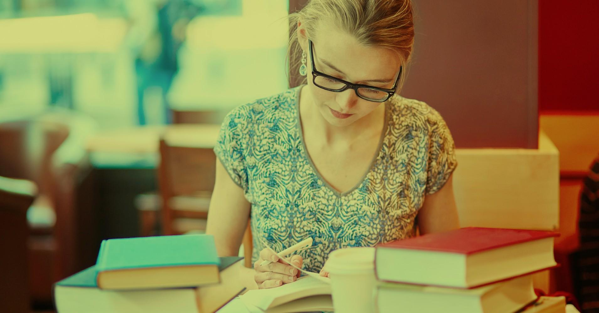 Rapariga a estudar concentrada