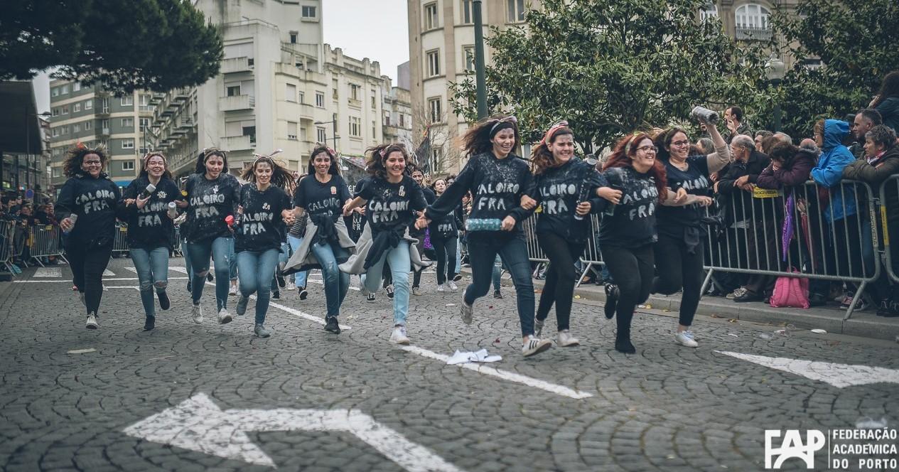 Grupo de caloiras a passar a tribuna do cortejo académico do Porto, um marco importante da vida académica de muitos estudantes universitários desta cidade