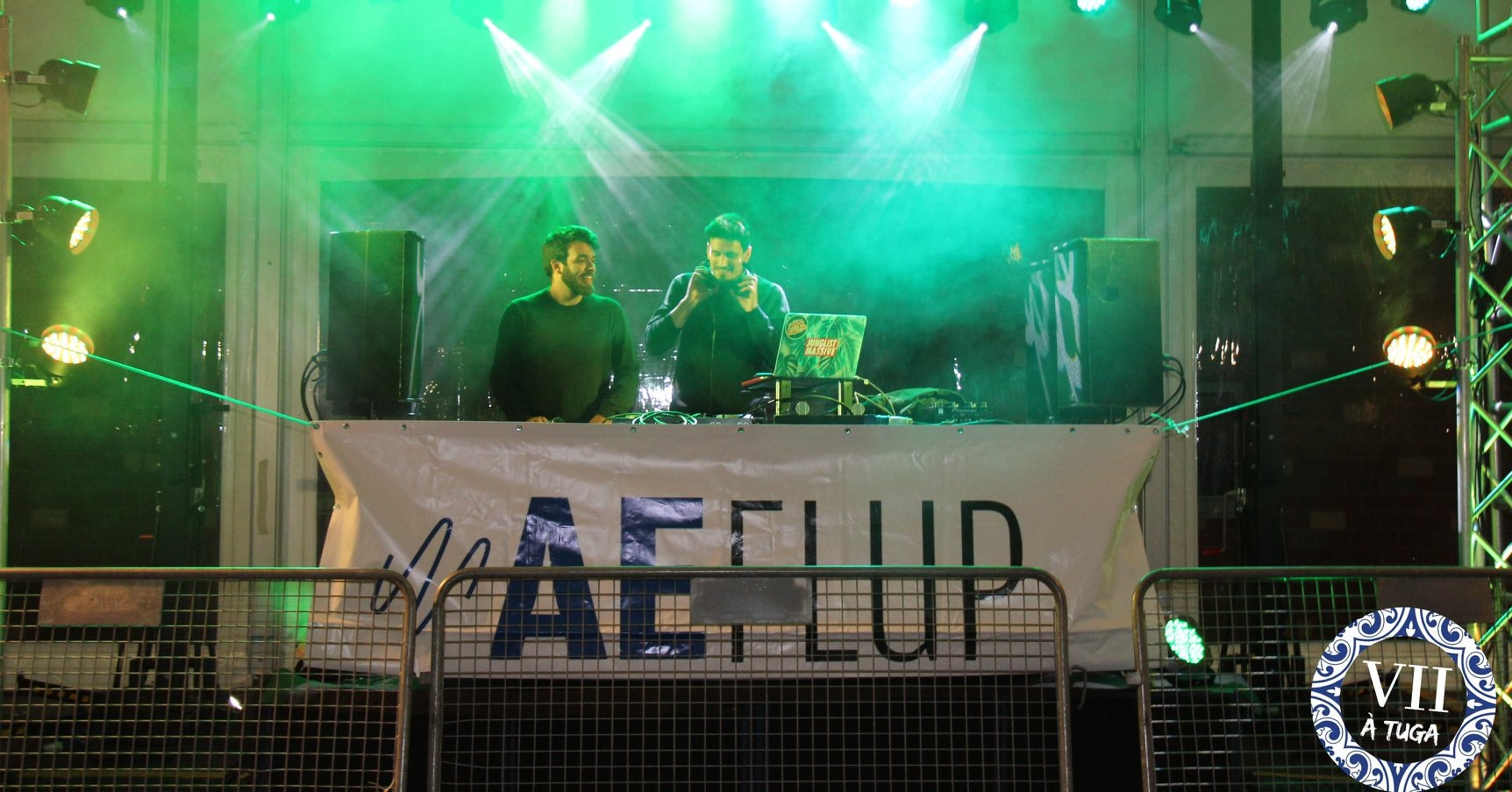 Festa universitária com 2 DJs da Associação de estudantes de Letras do Porto, retratando um evento importante da vida académica