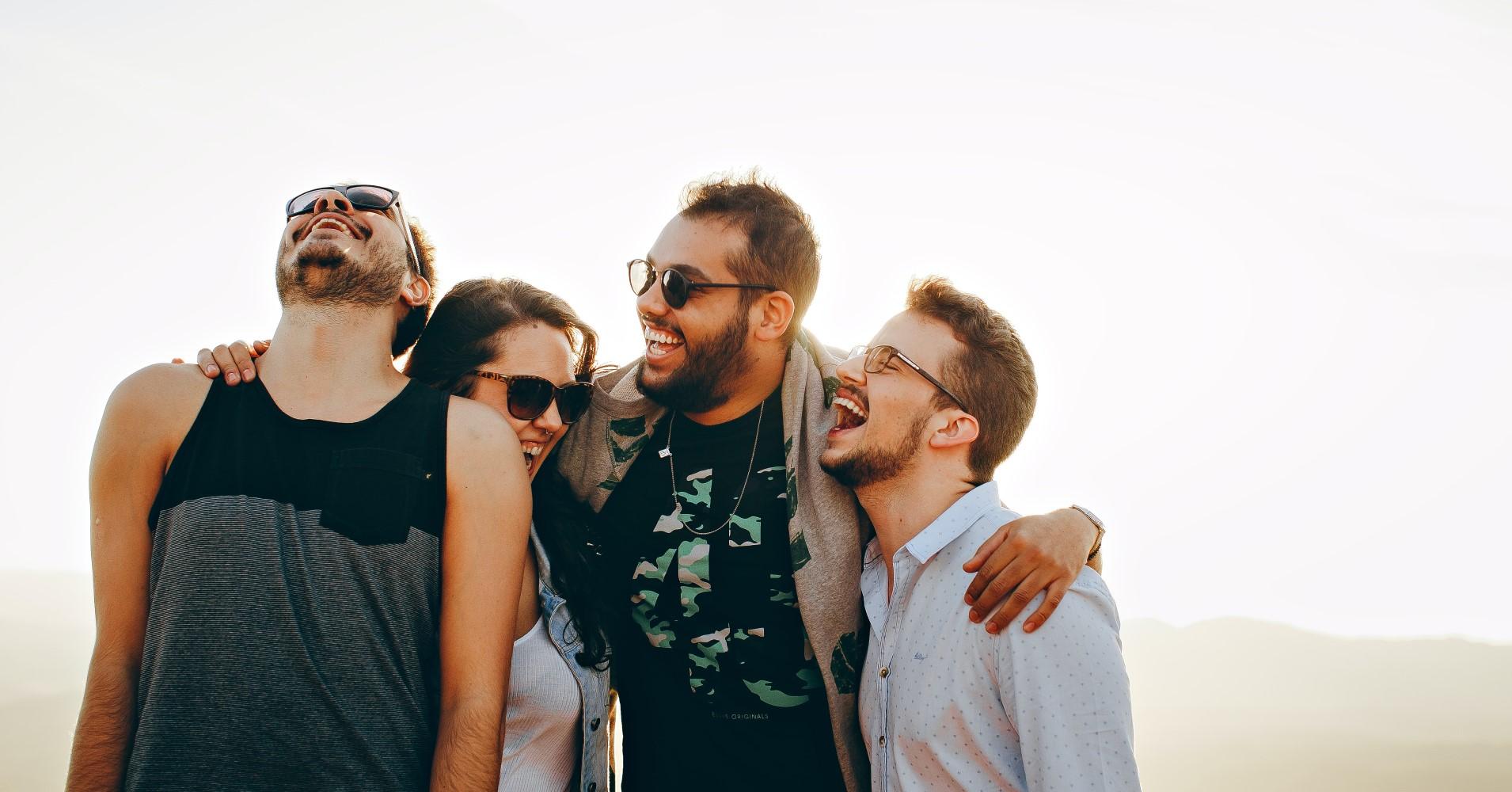 4 jovens a rir para a vida