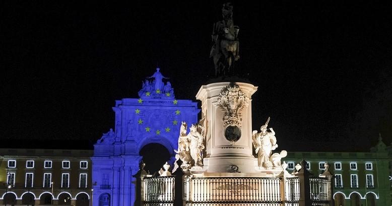 Visão do Arco da Rua Augusta, em Lisboa, iluminado com a Bandeira da UE visto do terreiro do Paço