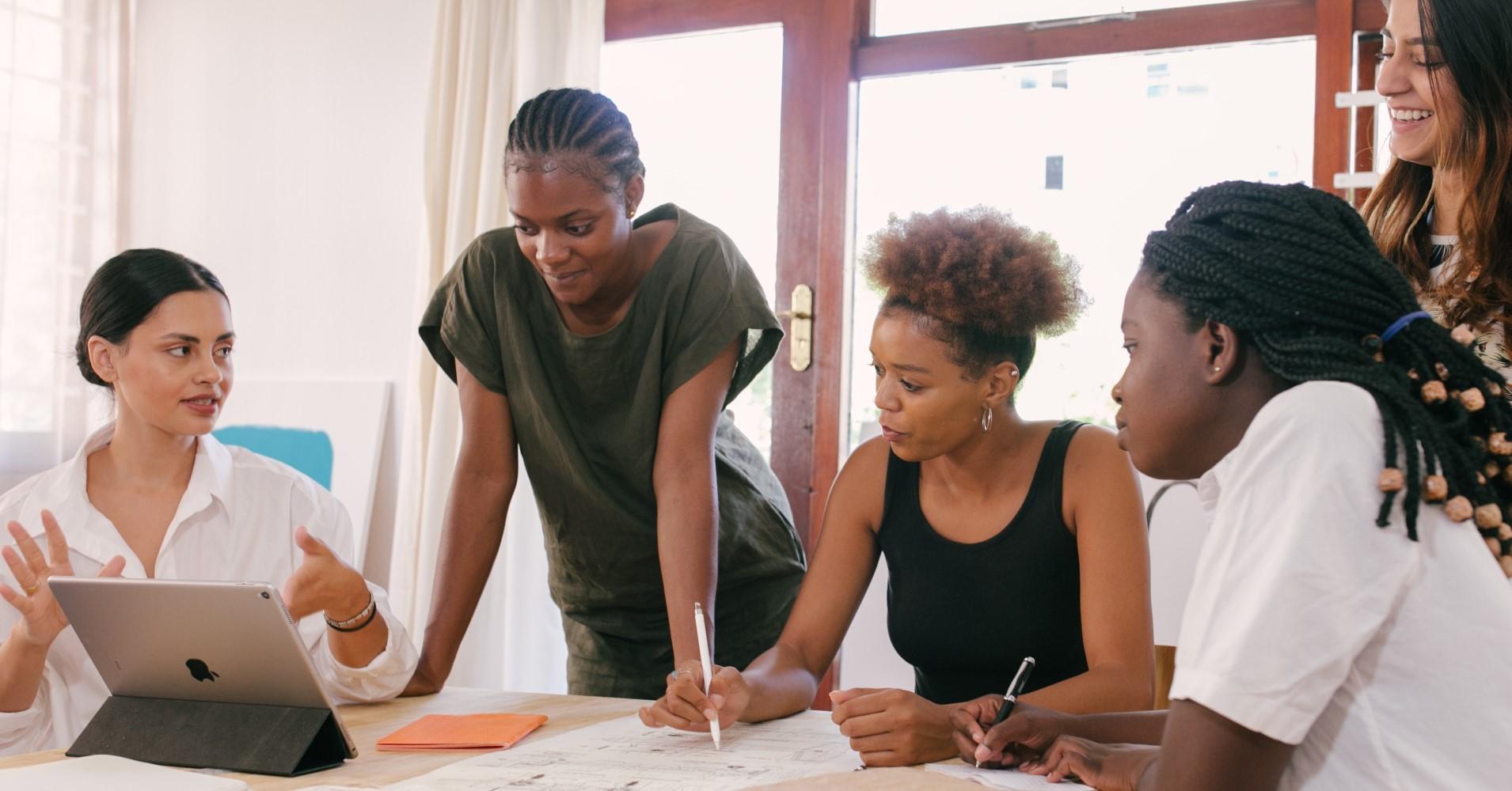 Grupo de 5 mulheres a debater projeto