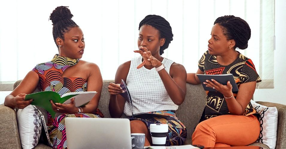 3 Mulheres a falar, sentadas num sofá