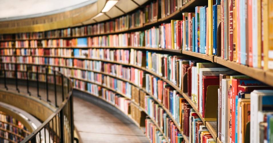 Estantes com livros em biblioteca