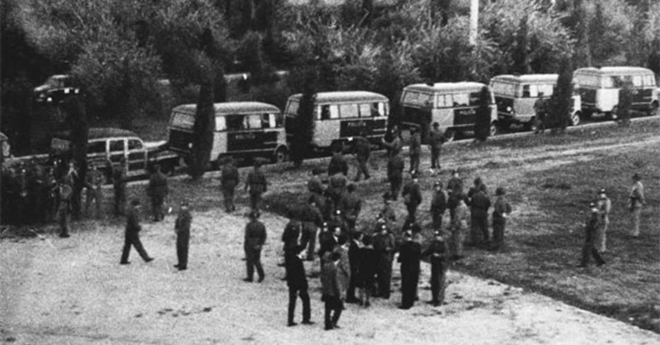 Imagem histórica da polícia de choque na Cidade Universitária, no dia que deu origem ao Dia Nacional do Estudante