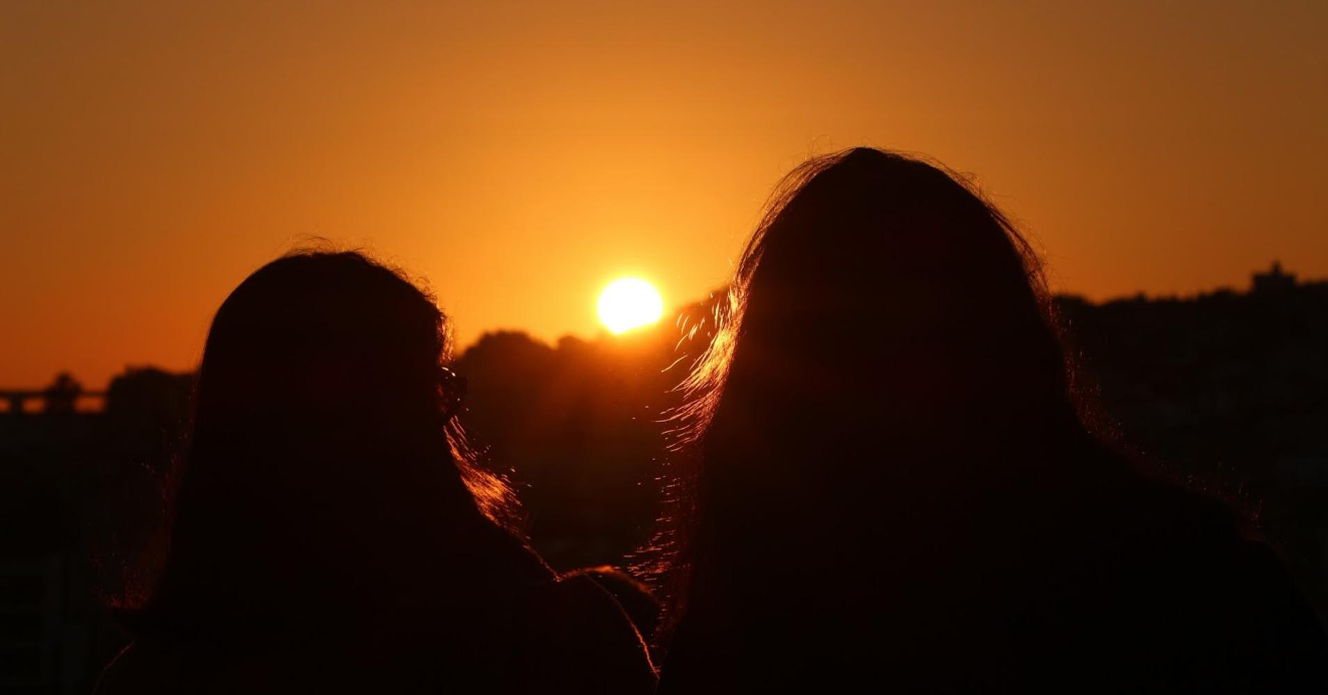 Duas amigas a olhar o Pôr-do-sol