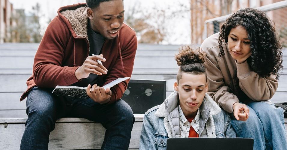 Universitários a debater; imagem quer demonstrar a relação dos jovens com a política