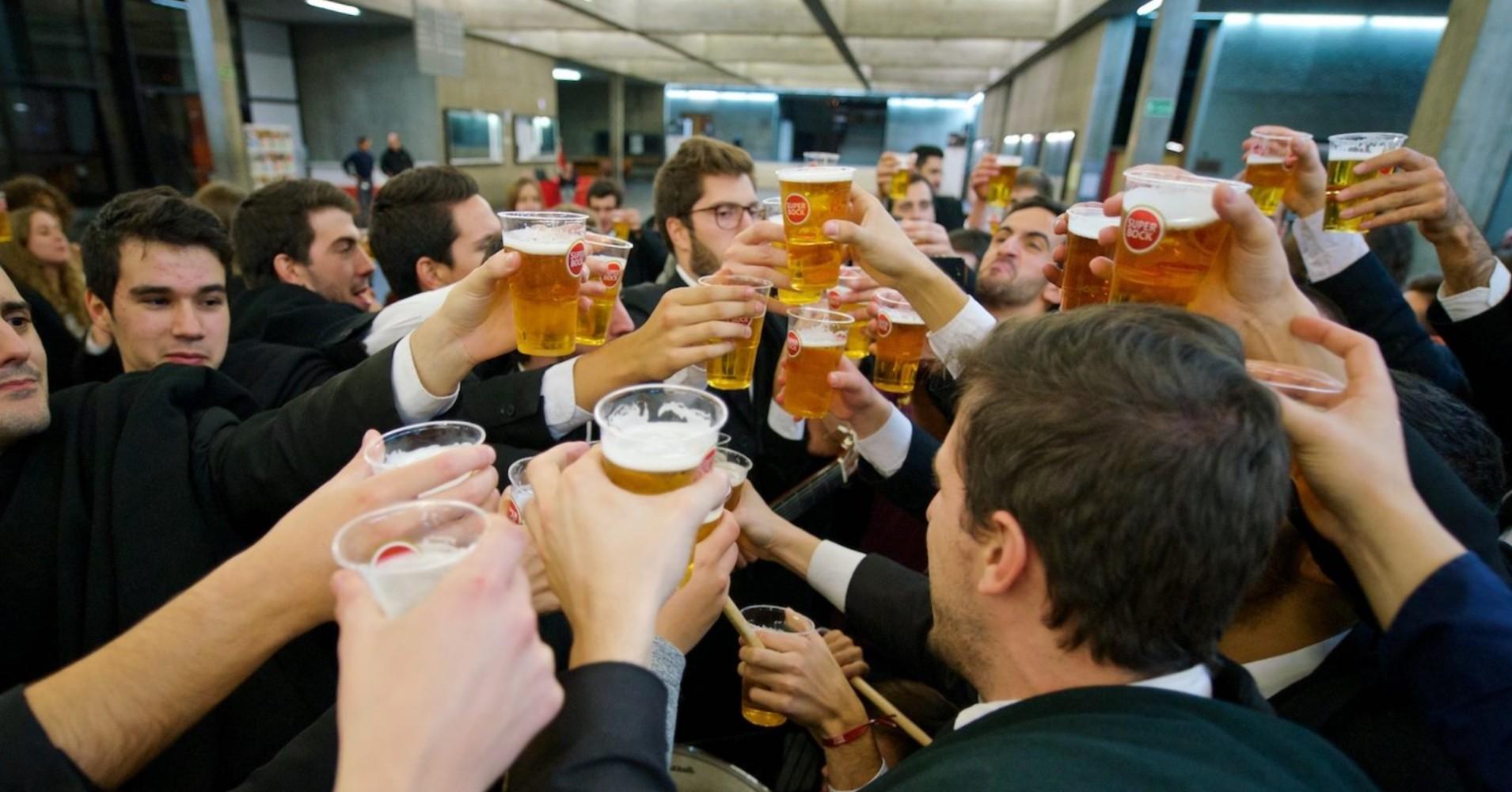 Estudantes universitários a brindar com cerveja