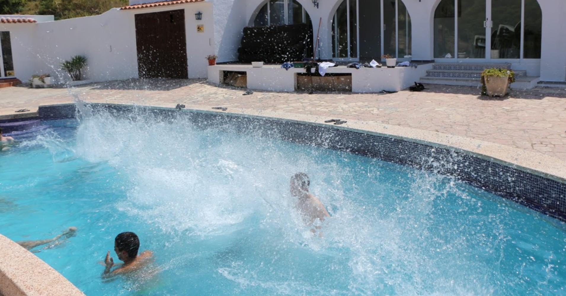 Amigos a nadar numa piscina