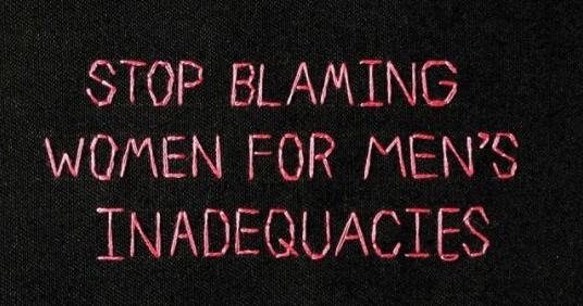 """Foto com letras costuradas com missangas a dizer """"Stop Blaming Women for Men's Inadequacies"""""""