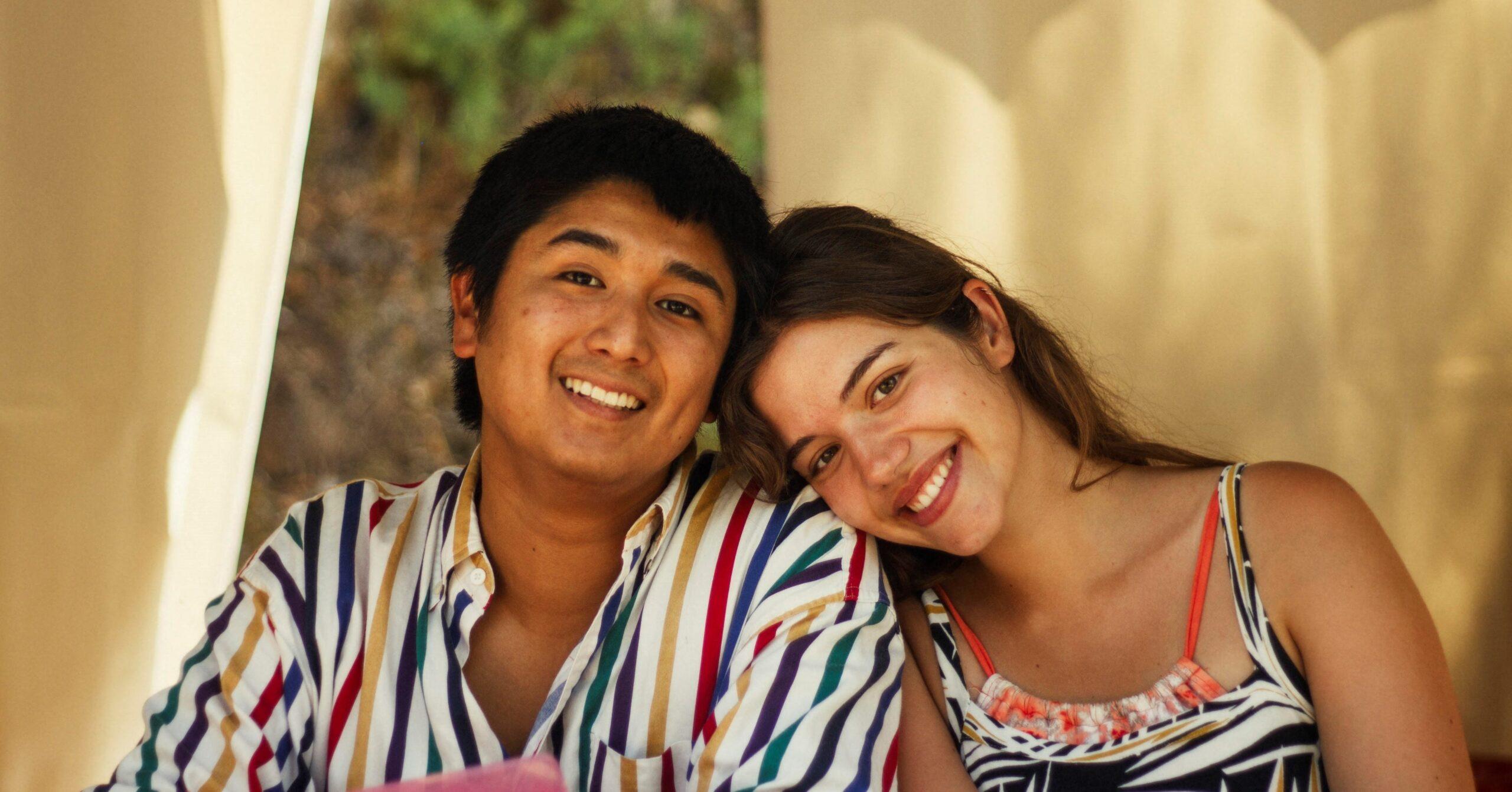 Um casal de jovens