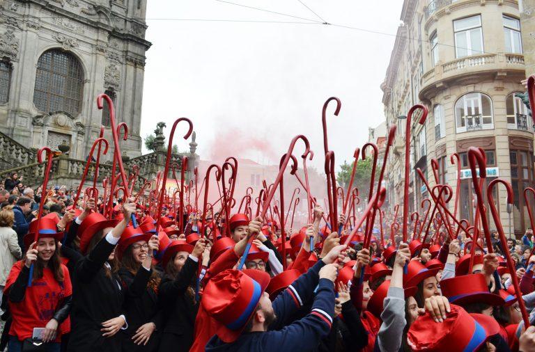 Centenas de Estudantes com cartolas na cabeça e bengalas levantadas no ar a desfilar no cortejo queima das fitas do porto, num dos dias mais importantes para a vida académica da academia portuense