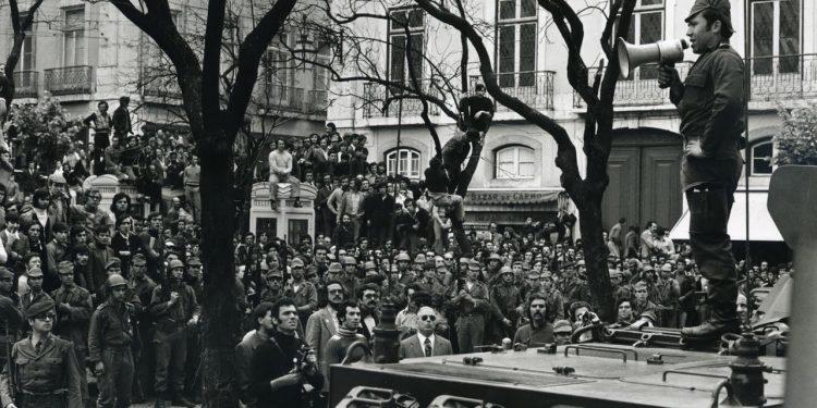 Salgueiro Maia no Largo do Carmo, a discursar no dia 25 de abril perante milhares de pessoas