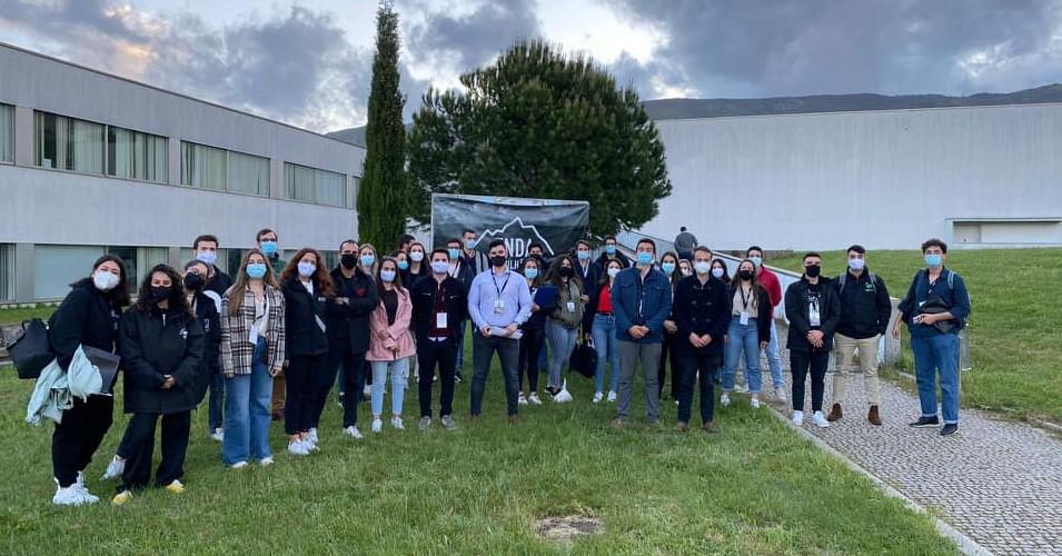 Grupo de aproximadamente 30 Estudantes com máscara, junto à Universidade da Beira Interior