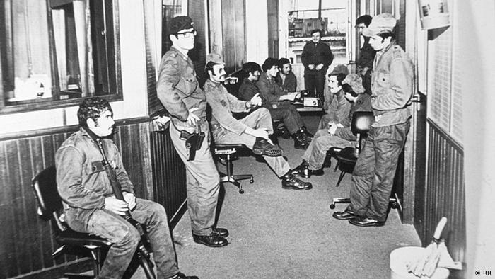 Militares no estúdio da Rádio Renascença, no 25 de abril de 1974