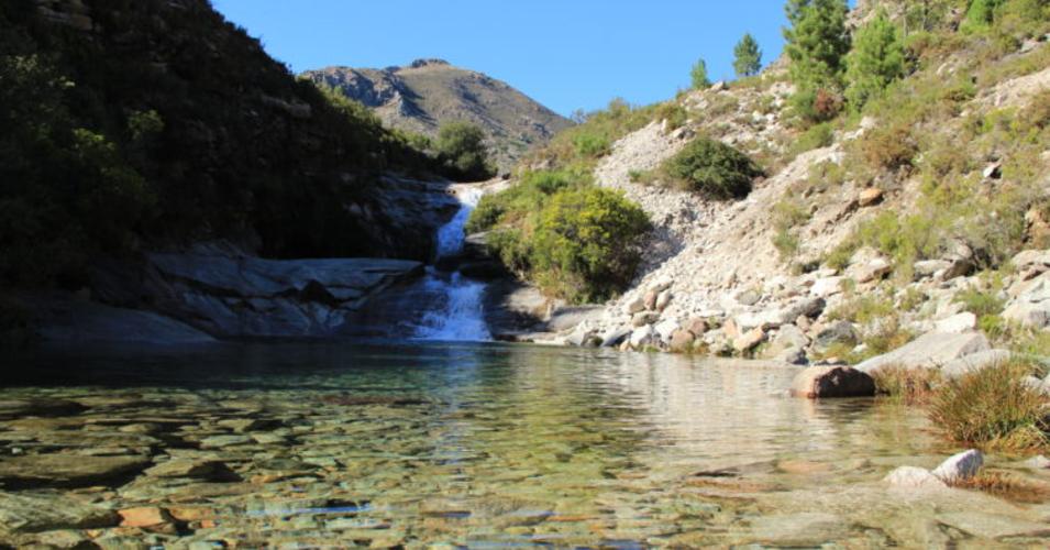 Imagem de rio com montanhas em volta