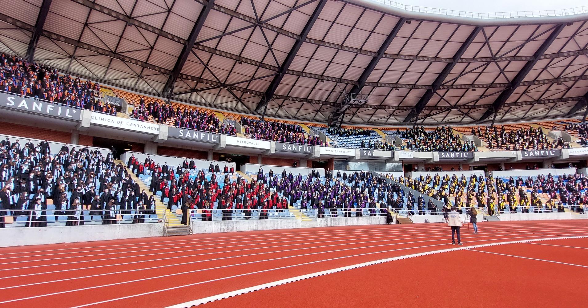 Estudantes na bancada do estádio, mostrando as fitas de finalista por ocasião da missa da Bêncção das Pastas Coimbra 2021