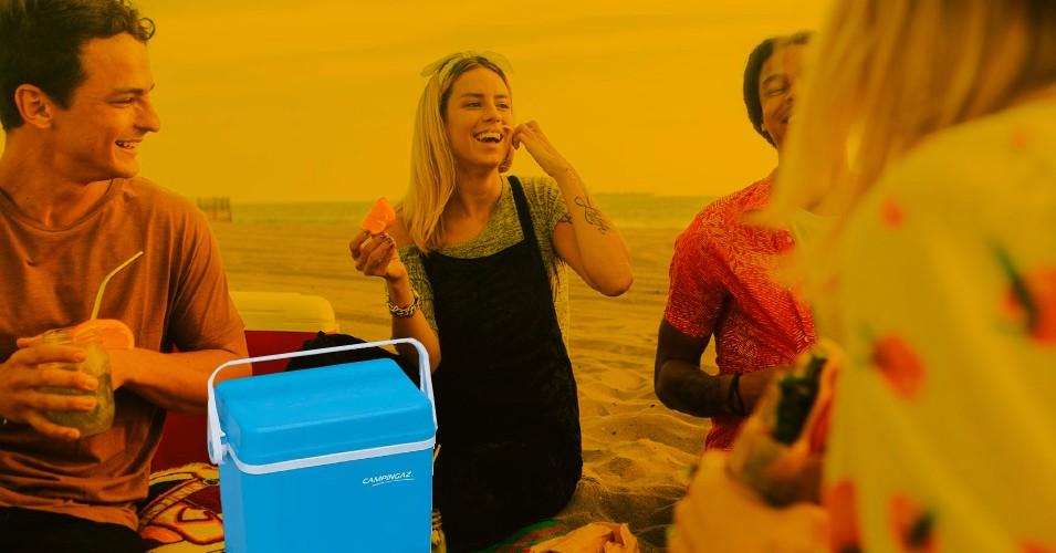 jovens a comer na praia