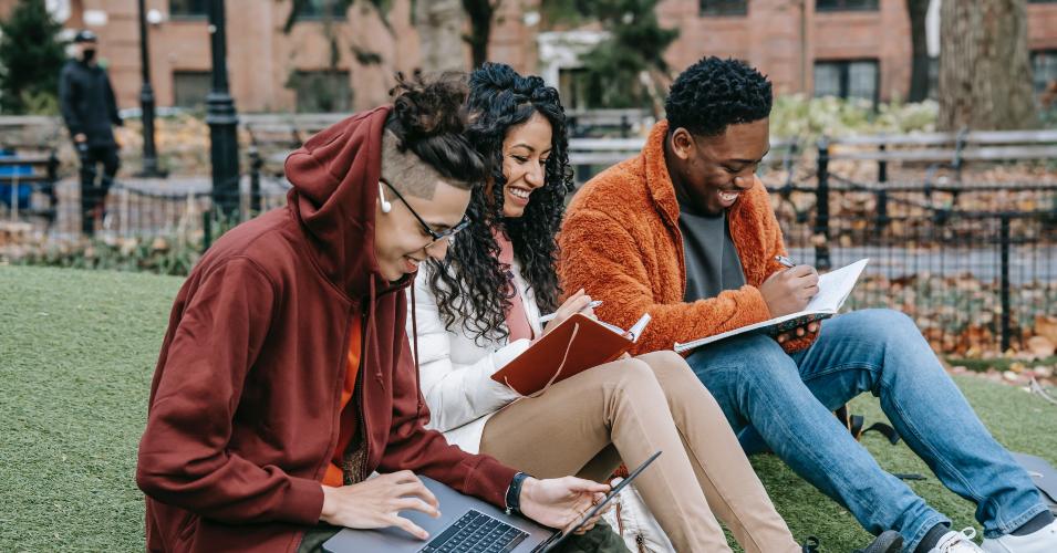 estudantes a estudar juntos